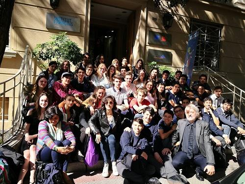 Los alumnos del liceo Nelson Mandela (Francia) y del Instituto Nacional reunidos en el Instituto Francés de Chile