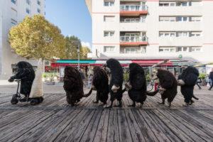 """Francia en el Festival Santiago a Mil 2020 - Intervención urbana """"La Parada de los Topos"""" de Philippe Quesne"""